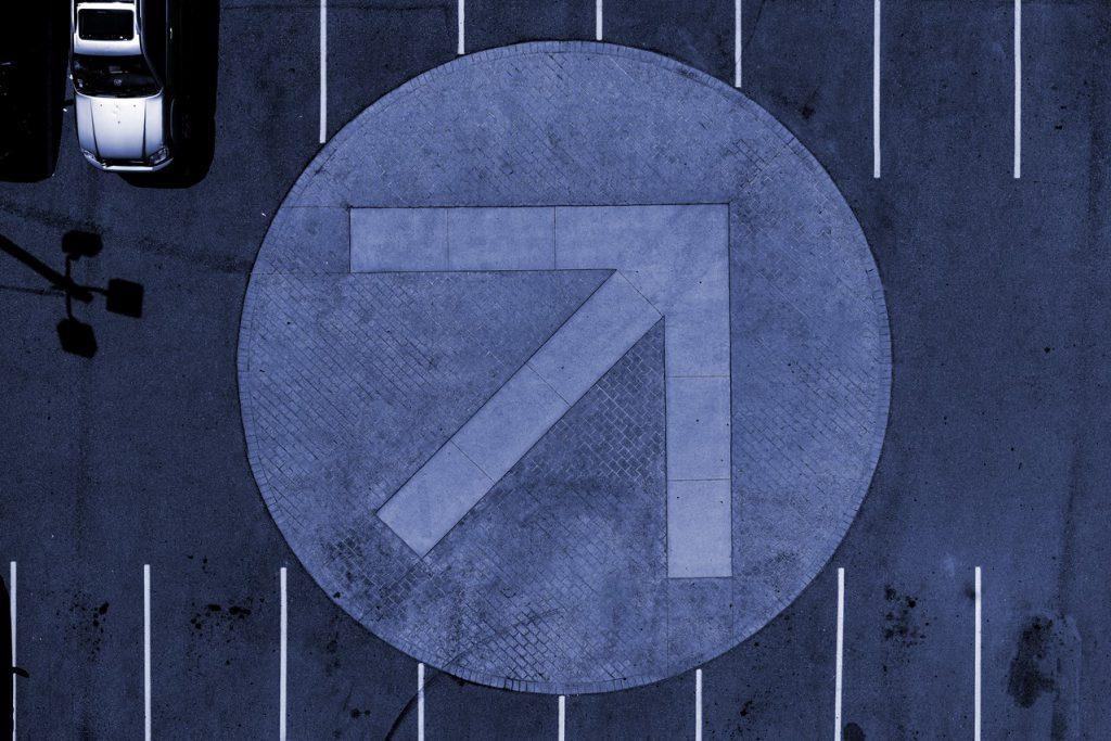 Symbolbild für eine steigende B2B-Lead Conversion-Rate: Pfeil zeigt nach rechts oben