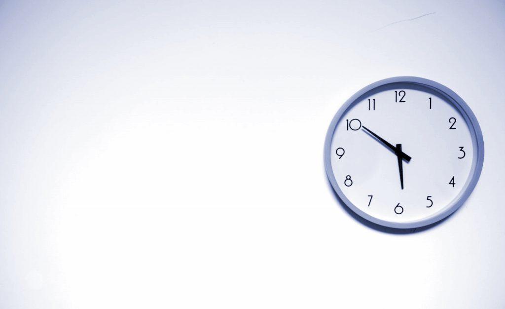 Symbolbild für Lead Nurturing-Prozess: Uhr hängt an Wand