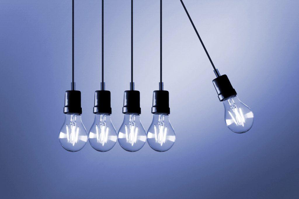 Symbolbild Leadqualifizierung: 5 hängende Glühbirnen