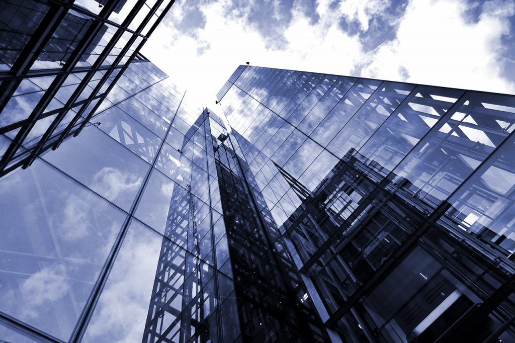 Symbolbild Up-Selling B2B: Glasfassade eines Hochhauses