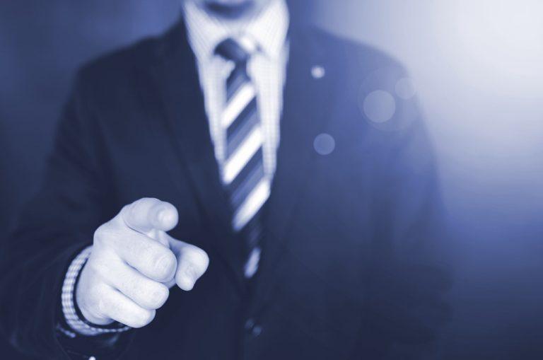 Symbolbild für Website Visitor Identification: Hand klickt auf Maus