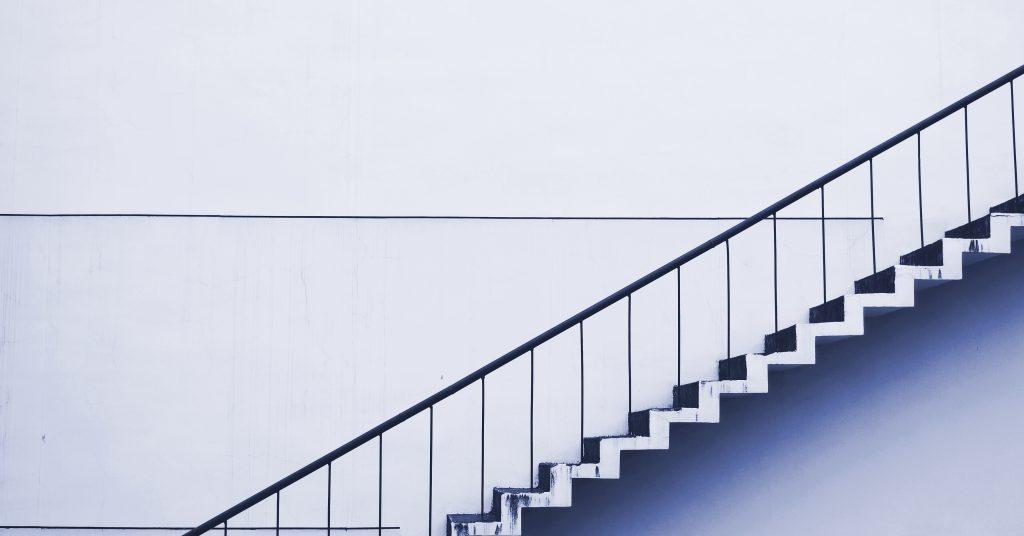 Symbolbild für Account Based Marketing ABM: Treppenstufen führen nach oben
