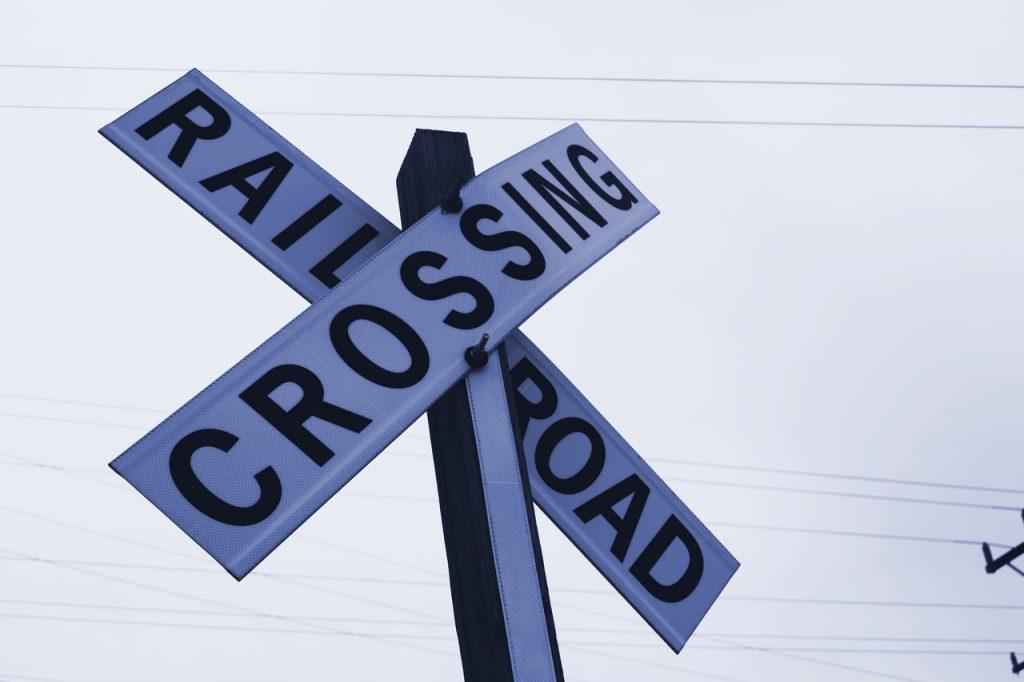 Symbolbild für Cross und Upselling: kreuzförmiges Bahnübergang-Schild