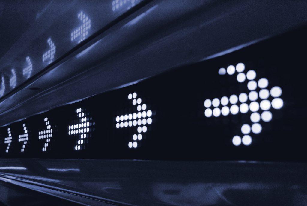 Symbolbild Intent-Signale: Leuchtpfeile weisen in eine Richtung